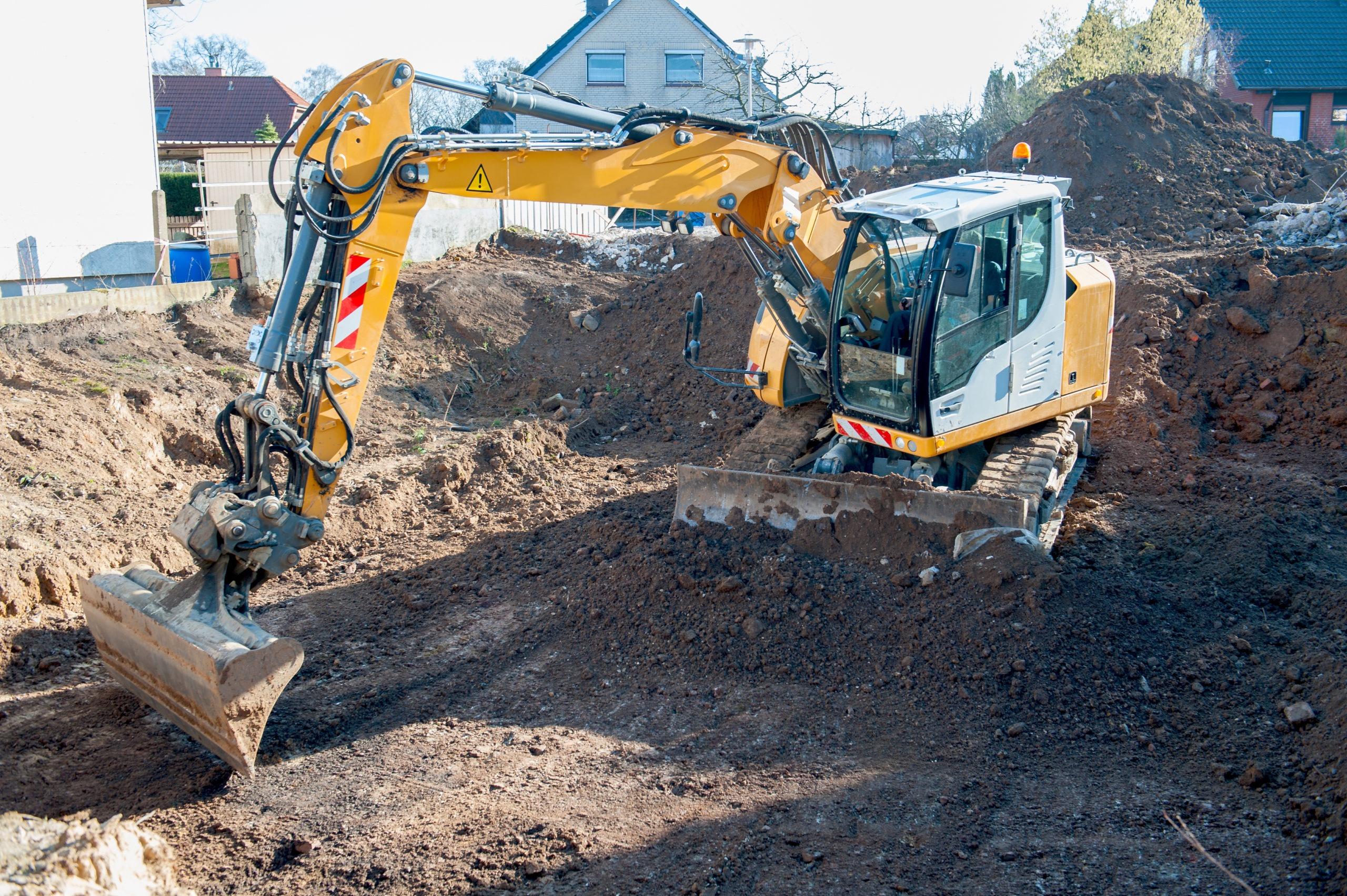 Hausbau, Ausheben einer Baugrube mit Bagger